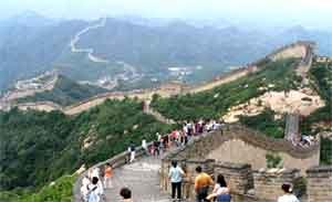 Стена, как змей, ползущий по горам. Мы приехали довольно рано, поэтому туристов ещё мало.